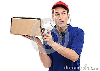 Doręczeniowy mężczyzna egzamininuje pudełko z stetoskopem