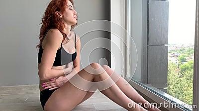 Dor da menstrua??o Dor abdominal do sentimento de corpo da mulher Espasmo da doen?a no corpo filme