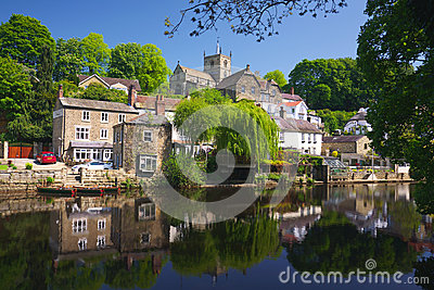 Dorp op rivierbank in Knaresborough, het UK
