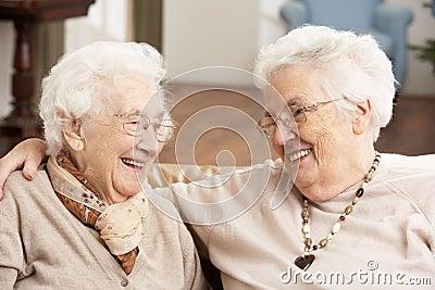 Dos amigos mayores de las mujeres en el centro del cuidado de día