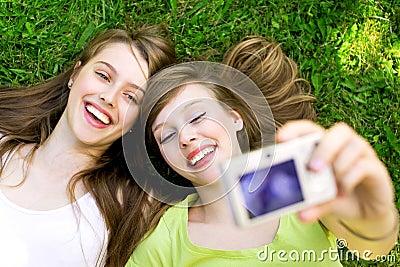Dos amigos que toman cuadros
