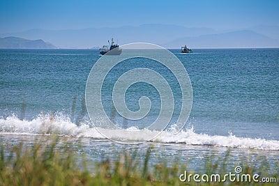 Dos barcos pesqueros que pescan en el golfo