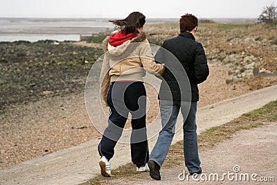 Dos caminante en la senda para peatones