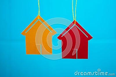 Dos casas del juguete con el fondo borroso azul