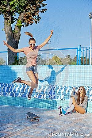 Adolescentes desordenadas que se divierten en la piscina vacía 2