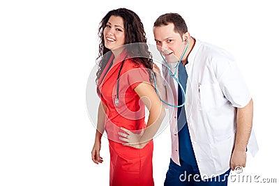 Dos doctores que juegan con el estetoscopio