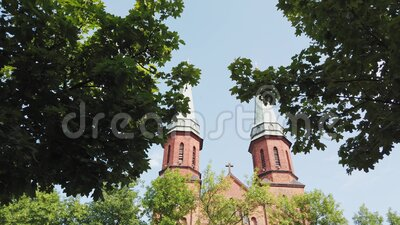 Dos grandes cúpulas de la iglesia católica con la cruz en el techo almacen de metraje de vídeo