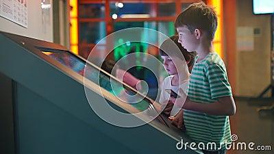 Dos hermanos utilizan un monitor grande metrajes