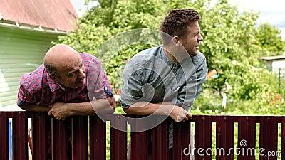 Dos hombres cauc?sicos que vigilan cuidadosamente la cerca almacen de metraje de vídeo
