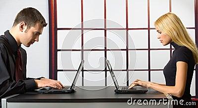 Dos hombres de negocios en las computadoras portátiles