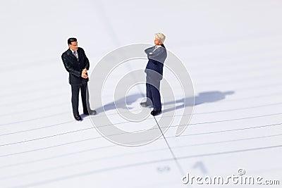 Dos hombres de negocios negocian sobre un asunto