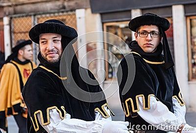 Dos hombres medievales Fotografía editorial