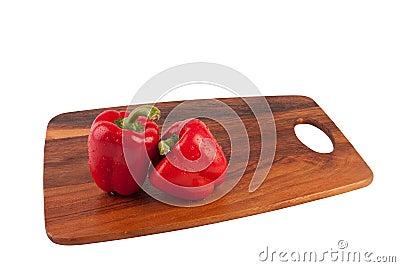 Dos mojados y pimientas en tabla de cortar
