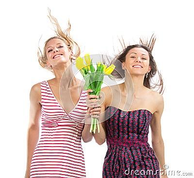 Dos muchachas bastante felices con las flores del ramo