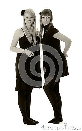Dos muchachas en las alineadas negras (blancos y negros)