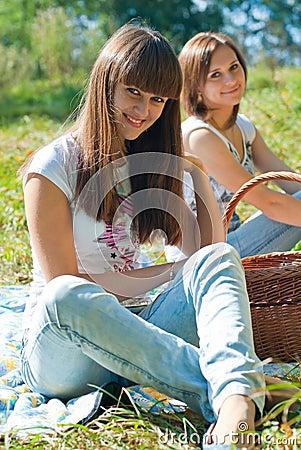 Dos muchachas felices en comida campestre