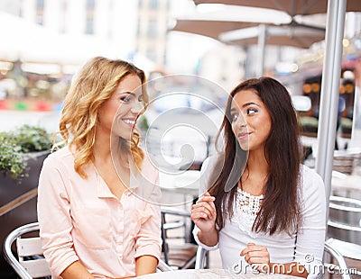 Dos muchachas hermosas en café