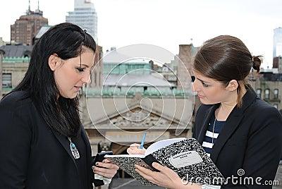 Dos muchachas que dictan notas