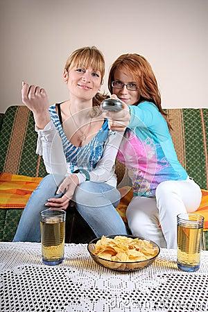 Dos muchachas que ven la TV