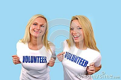 Dos muchachas voluntarias felices