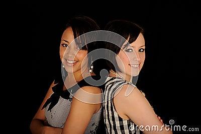 Dos mujeres adosadas mutuamente