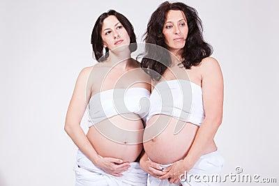 Dos mujeres soñadoras embarazadas
