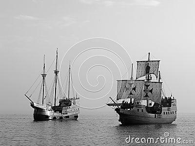 Dos naves de batalla viejas en el mar