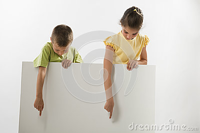 Dos niños que llevan a cabo una muestra en blanco