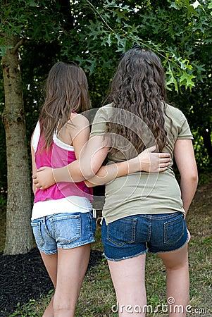 Muchachas que caminan junto en un parque