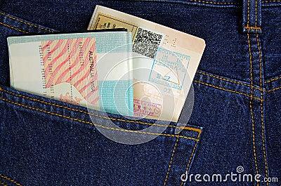 Dos pasaportes en un bolsillo del pantalón
