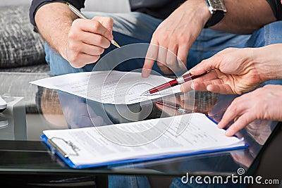 Dos personas que firman un documento