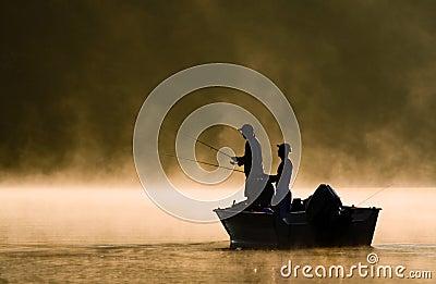 Dos pescadores que pescan en un lago