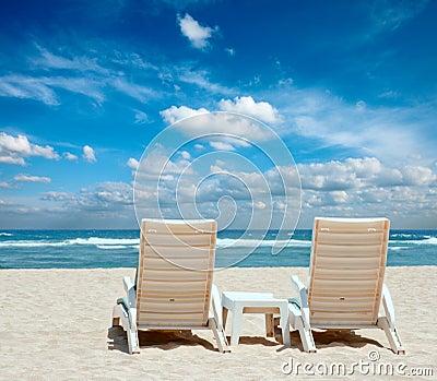 Dos sillas de playa del sol en la playa fotos de archivo - Silla para la playa ...