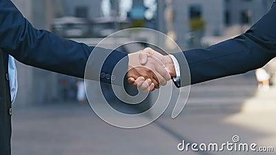 Dos socios de negocios dan la mano cuando se reúnen. Cierre de un apretón de manos de dos exitosos empresarios que hacen un trat almacen de metraje de vídeo