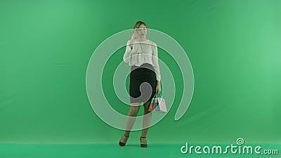 Dosyć szczęśliwa roześmiana zakupy kobieta z torba na zakupy Żeński kupującego mienia torba na zakupy przód na zielonym tle zbiory wideo