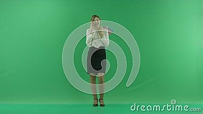 Dosyć szczęśliwa roześmiana zakupy kobieta z torba na zakupy Żeński kupującego mienia torba na zakupy przód na zielonym tle zdjęcie wideo