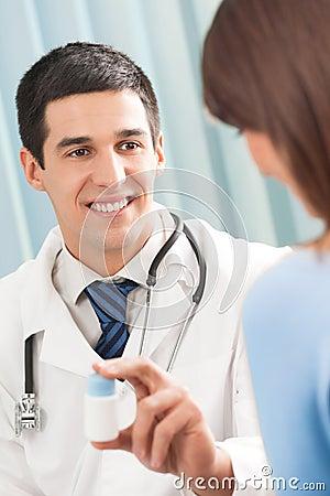 Doutor com droga e paciente
