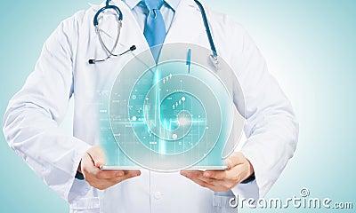 Doutor com PC da tabuleta