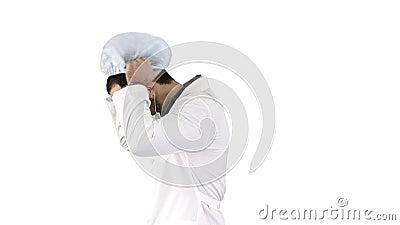 Doutor de passeio que p?e sobre a m?scara e o tamp?o no fundo branco video estoque