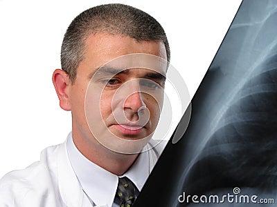 Doutor que analisa uma radiografia da caixa