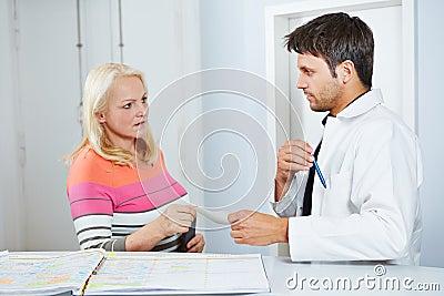 Doutor que dá a mulher superior uma prescrição
