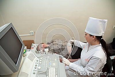 Doutor que faz a investigação do ultra-som