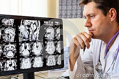 Doutor que olha a varredura do ct