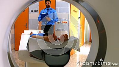 Doutor que revê a carta do paciente aproximadamente para ter a varredura do mri video estoque