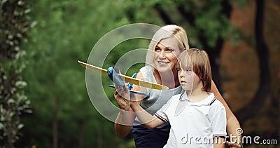 Down Syndrome Boy tocando avião com mamãe video estoque