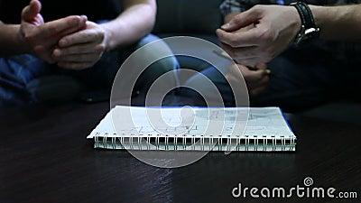 Dra utkastet Händer av ungdomarsom drar ett utkast med pennan på anteckningsboken i kontoret under mötet arkivfilmer