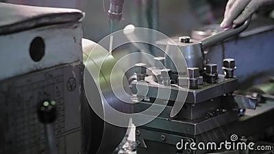 Draaibankmateriaal in de de fabriek structuren en machines van het productiemetaal stock footage