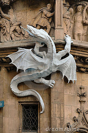 Drache auf der Seite von Rathaus in München, Deutschland