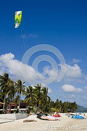 Drachen-Surfer bereiten vor sich, in Drachen-surfendem ev zu konkurrieren Redaktionelles Stockfotografie