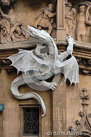 Dragón en la cara ayuntamiento en Munich, Alemania